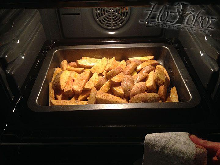 Жарить картошку следует в духовке при температуре 180 градусов около 30 минут и при необходимости помешивать