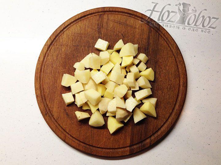 Клубни картошки очищаем от кожуры и нарезаем кубиком