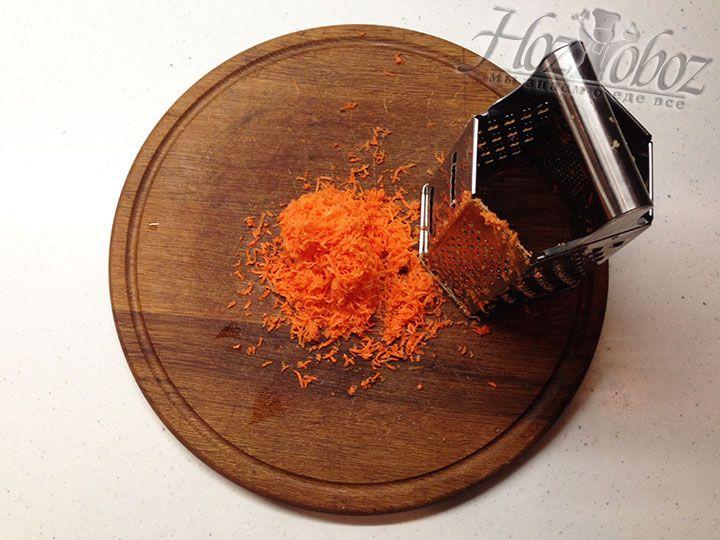 Морковку следует почистить и натереть помельче