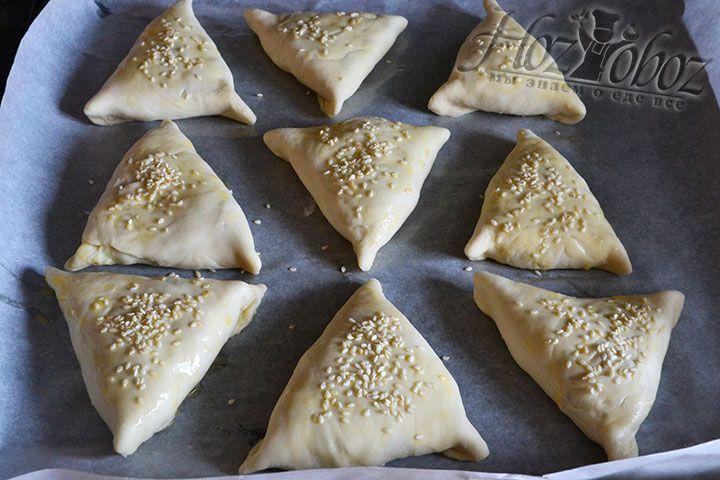 Поверхность пирожков посыпаем кунжутными семечками и помещаем в духовку разогретую до 200 градусов. Печь самсу нужно до тех пор, пока она не подрумянится