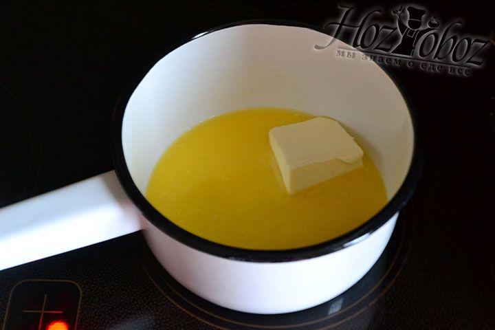 Растапливаем сливочное масло и немного его остужаем
