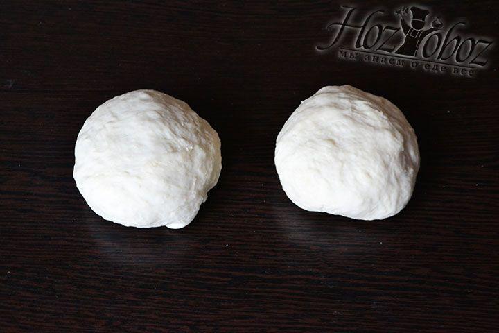 Готовое тесто разделяем на две половины и из каждой формируем колобок