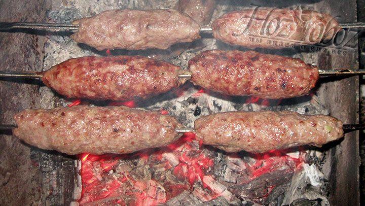 Жарят люля-кебаб обычно на углях около 20 минут постоянно переворачивая