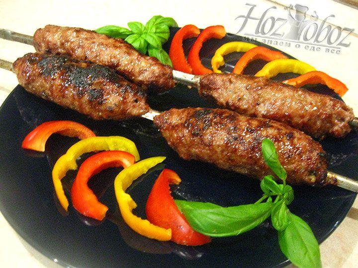 Для сервировки этого блюда используют свежие овощи, аджику и кетчуп, а подают его только с мангала очень горячим