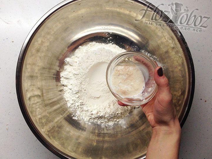 В миску выливаем запаренные на сыворотке дрожжи