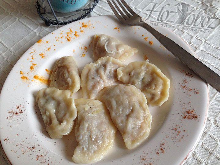 Готовые вареники выкладываем в миску с растопленным сливочным маслом и подаем теплыми спустя 5-7 минут после варки