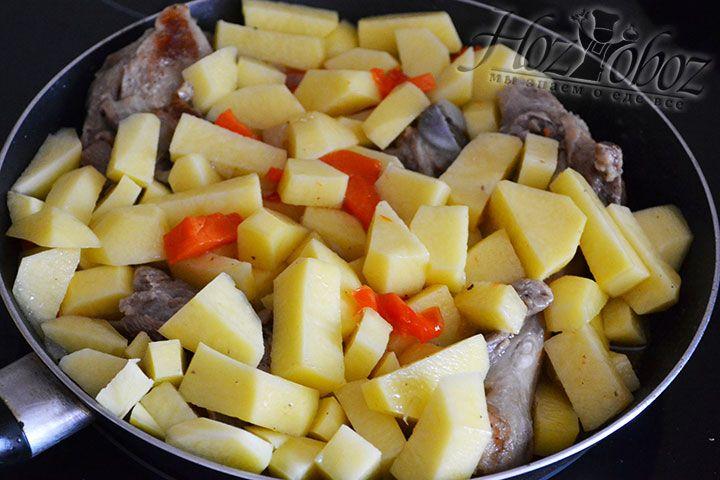 Теперь картошку помещаем в основной котел и перемешиваем рагу после чего добавляем немного кипятка