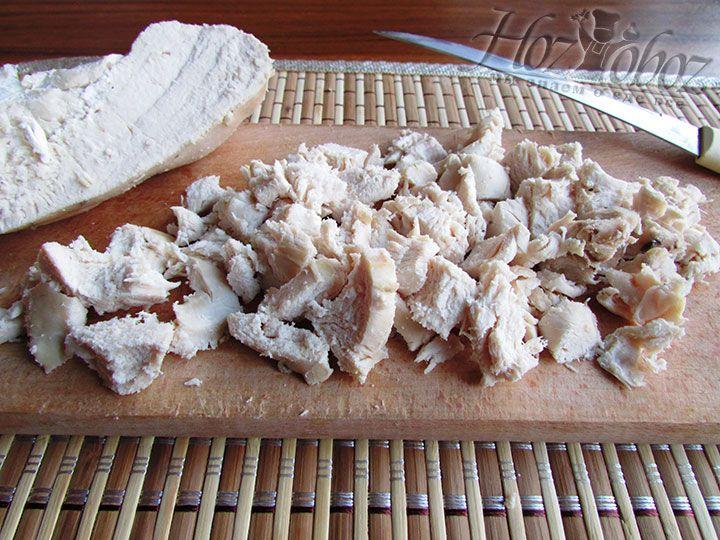 Куриную грудку варим и нарезаем мелкими кубиками