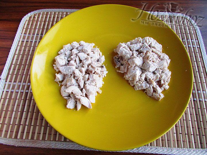 В качестве первого слоя салата выкладываем измельченное куриное мясо не забывая уже сейчас придавать ему  форму шишек