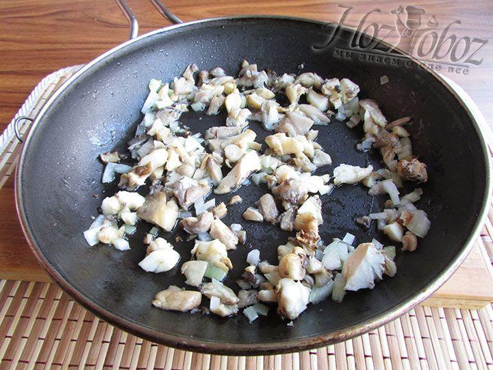 Нарезаем репчатый лук и обжариваем его с грибами на растительном масле