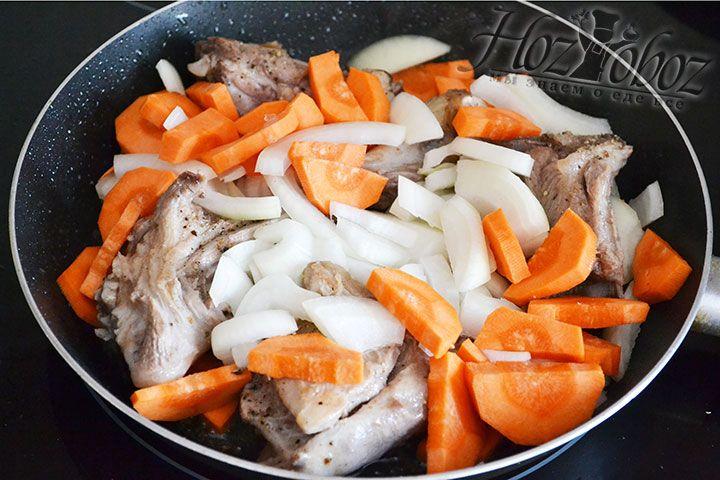К мясу всыпаем нарезанные овощи