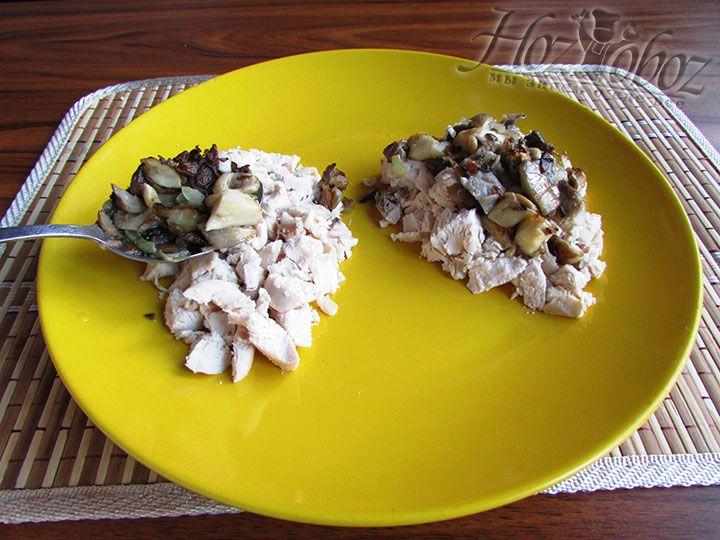 Выкладываем пассированый лук с грибами поверх слоя курицы