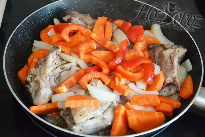 Добавляем перец к остальным продуктам, перемешиваем рагу и накрываем его крышкой. Готовим блюдо на среднем огне и спустя время убавляем его интенсивность