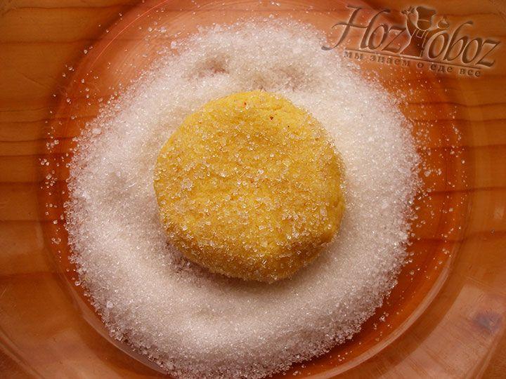 Каждое печенье следует обвалять в сахаре