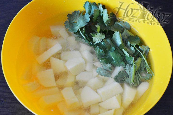 При желании картофель можно заготовить заранее и чтобы избавится от крахмала подержать его в холодной воде