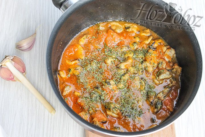 После того как огонь уже потушен, добавляем немного сушеных трав по вкусу и даем блюду настояться не менее 3 минут