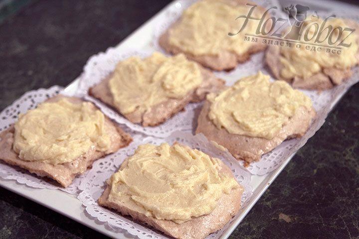Уже остывшие пирожные выкладываем на салфетки на намазываем масляным