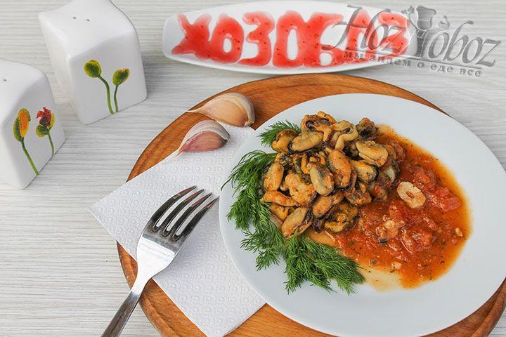 Кладем на тарелку мидии и обильно поливаем их томатным соусом