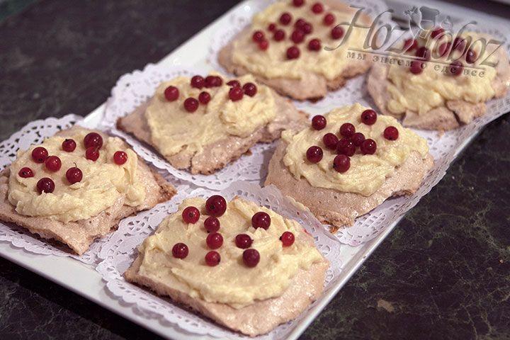 Украшаем десерт Павлова ягодами смродины