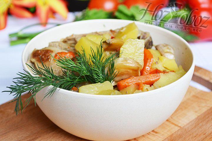 Горячим раскладываем рагу по тарелкам, приправляем рубленной зеленью и измельченным чесноком и подаем к столу на радость всем гостям