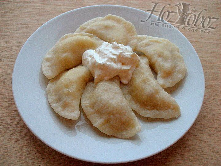 В горячие сваренные вареники добавляем сливочное масло и подаем к столу с ароматной свежей сметаной