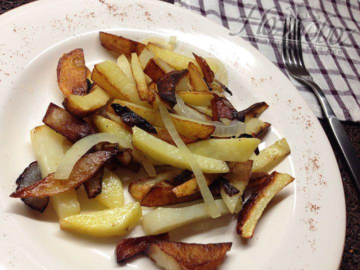 Поджаренную картошку следует сразу подавать к столу предварительно посолив и приправив