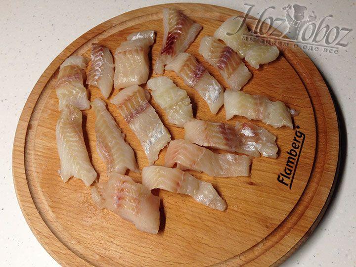 Рыбу следует вымыть, просушить бумажным полотенцем и нарезать прямоугольными кусочками