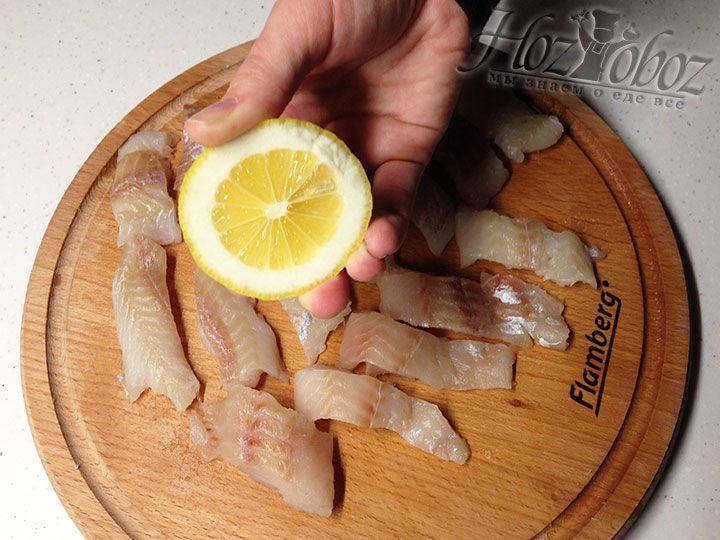 Для маринада добавляем к рыбе свежий сок половины лимона