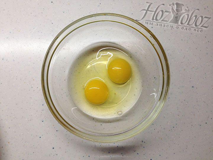 Чтоб приготовить кляр разбиваем в миску яйца