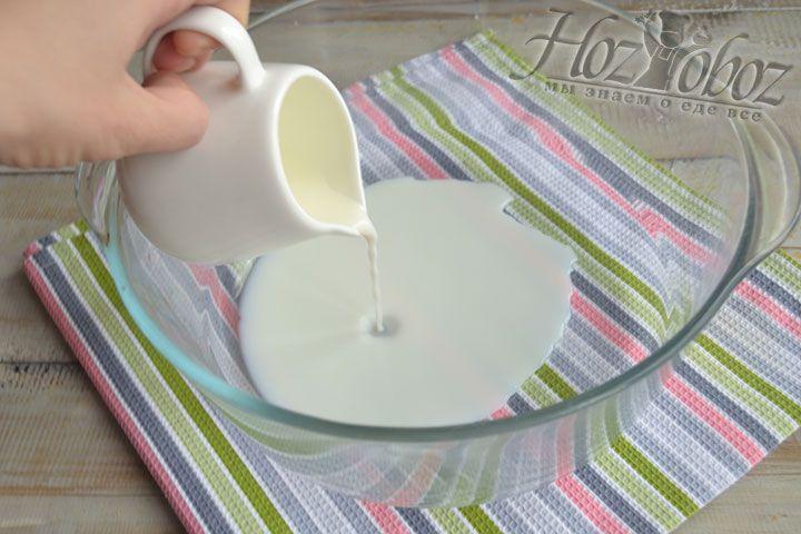 Для растворения дрожжей подогреем молоко до комнатной температуры