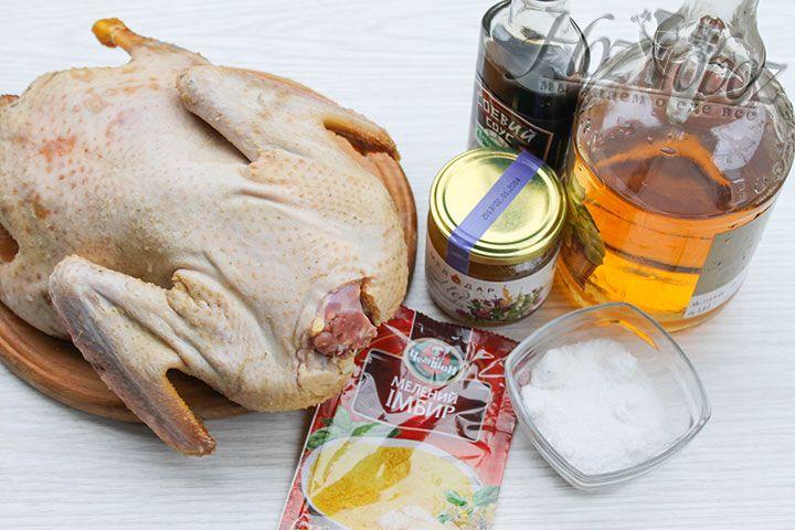 Прежде всего подготовим все необходимые продукты и для начала заготовим домашнюю утку