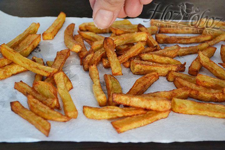 Едва картошка отдаст бумаге лишний жир ее нужно посолить, приправить перчиком или другими специями по вашем желанию