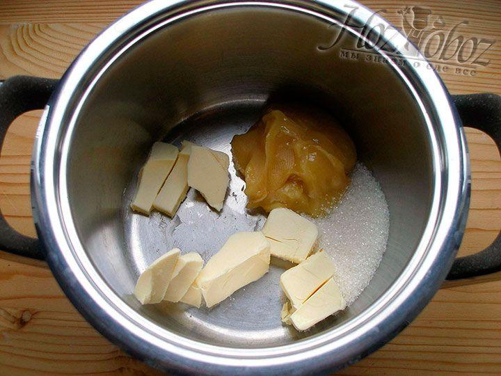 Помещаем в кастрюлю и разогреваем сливочное масло и мед, а при желании еще и сахарный песок