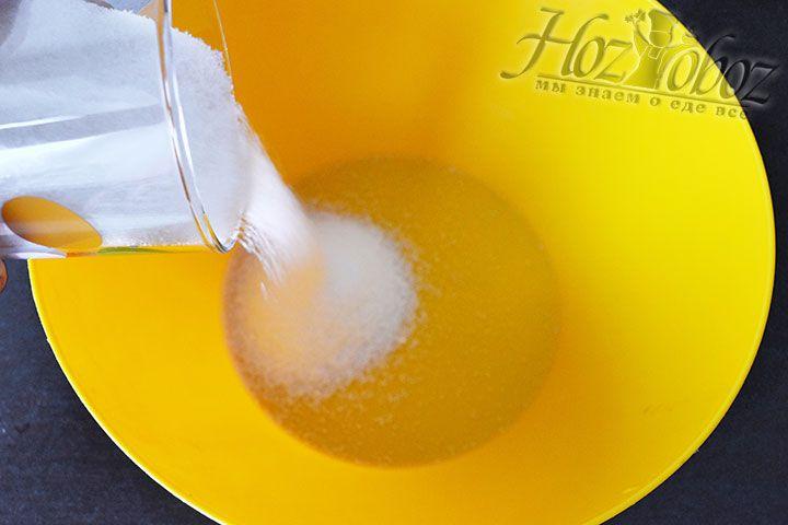 Прежде всего насыпаем в миску сахар