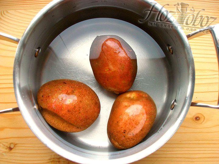 Чтобы сварить картофель тщательно его вымываем и помещаем в кастрюлю с водой, где затем варим клубни до готовности