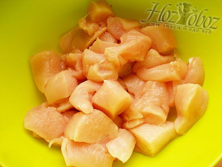 В миску помещаем нарезанное кусочками куриное филе