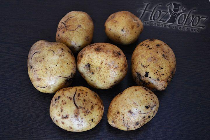 Картофельные клубни среднего размера моем и хорошенько чистим щеткой. Затем уже сухую картошку чистим, но уже не мочим