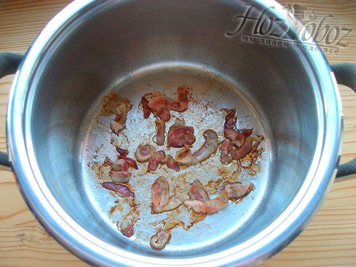 Ставим на огонь кастрюлю для супа и выкладываем в нее кусочки бекона