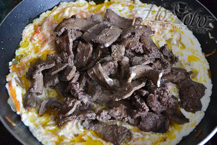 Теперь в подготовленный соус выкладываем обжаренную печенку
