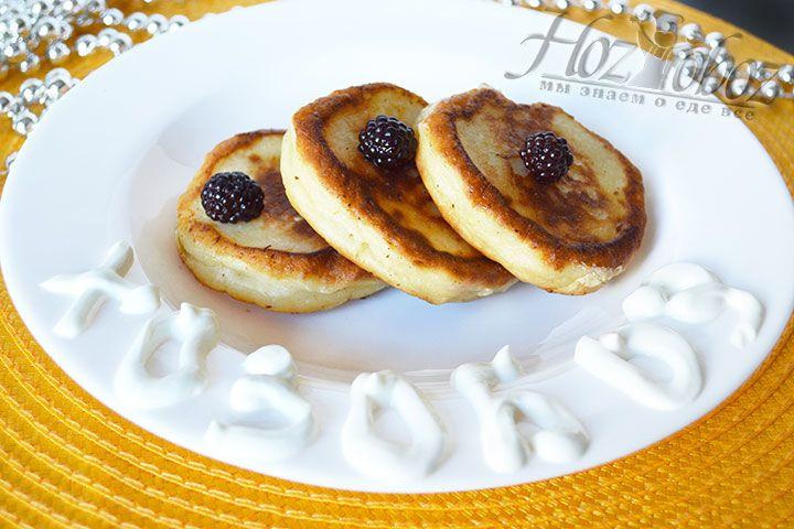 Такой десерт станет особенно ценным к завтраку вместе со свежими фруктами, ягодами или вареньем. Для красоты рекомендуем посыпать сырники сахарной пудрой