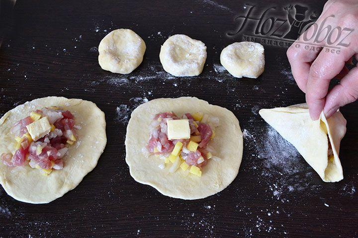 После всех перечисленных манипуляций залепим каждый пирожок и придадим форму треугольника