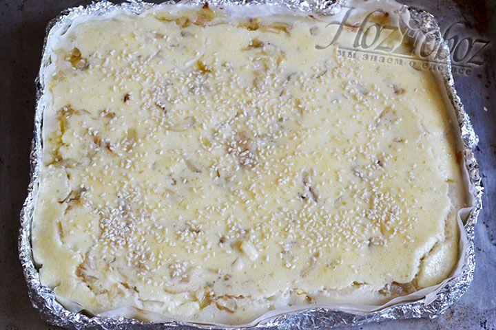 Поверхность капустного пирога посыпаем кунжутом и помещаем в духовку в режим верхнего нагрева. Печь пирог необходимо до появления на поверхности золотистой корочки
