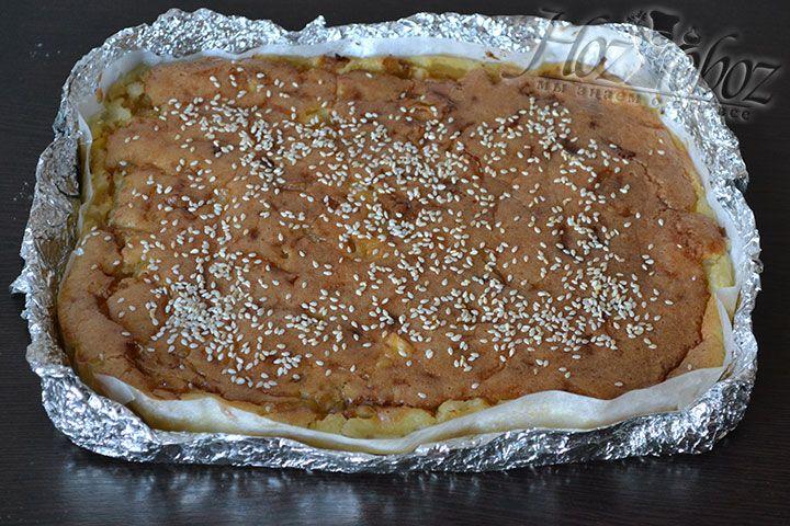 Теперь пирог можно достать из духовки и полностью остудить, а только потом нарезать кусочками