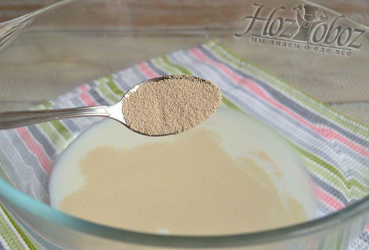 В теплое молоко всыпаем дрожжи размешиваем их до растворения