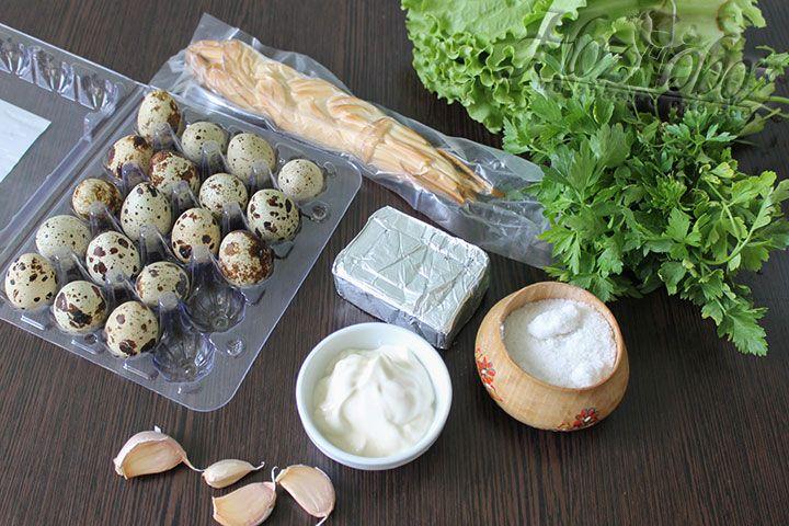На приготовление уйдет не более 20 минут так что готовьте непосредственно к приходу гостей - так салат будет свежее