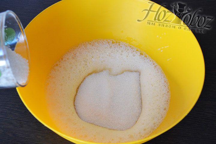 Теперь к яйцам добавляем сахарный песок