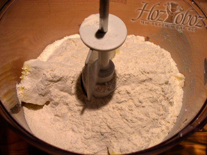 В посуду с маслом вначале насыпаем 4 стакана муки, а затем по мере необходимости добавляем еще