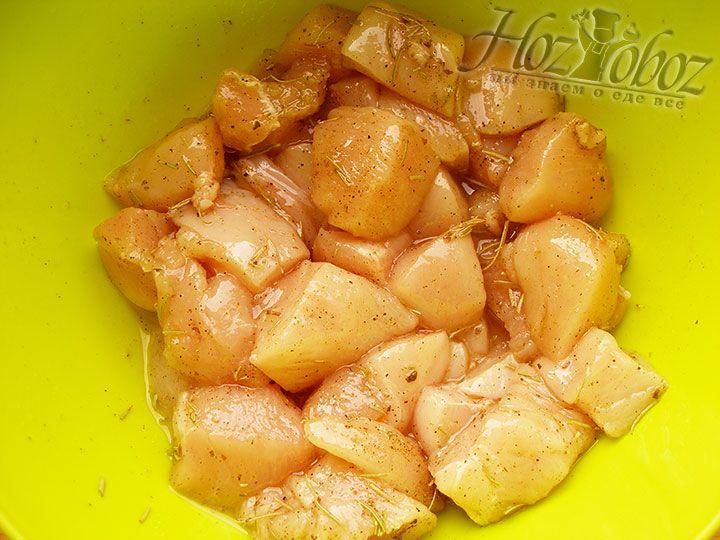 Приправляем мясо солью, перцем и необходимы согласно рецепта пряными травами, а также оливковым маслом. В таком маринаде филе оставляем примерно на 2-3 часа