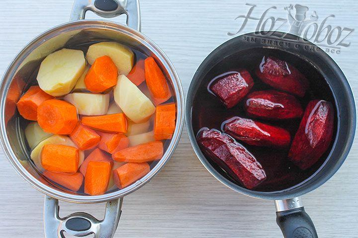 Важно помнить, что свекла с сахаром варится не менее часа отдельно от остальных овощей. А вот куриные яйца вполне приготовятся за 10-12 минут