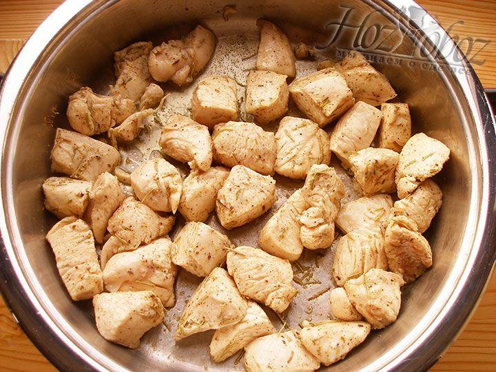 Сковородку раскаляем с растительным маслом и обжариваем курицу по 3 минуты с каждой стороны